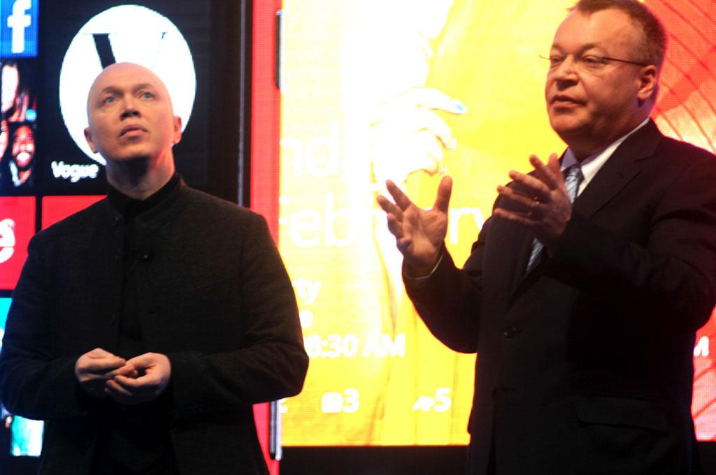 Nokian muotoilujohtaja Marko Ahtisaari ja Nokian toimitusjohtaja Stephen Elop lehdistotilaisuudessa Barcelonassa.