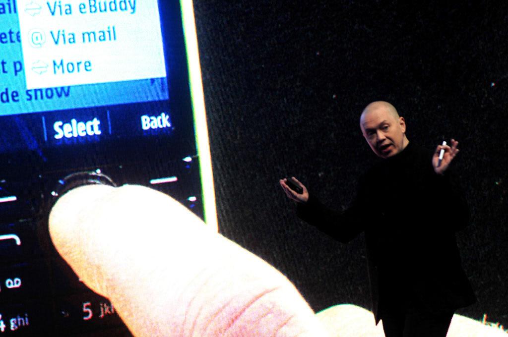 Muotoilujohtaja Marko Ahtisaari esitteli yhtion halvinta puhelinta Nokia 105.ta, jonka hinta on 15 euroa.